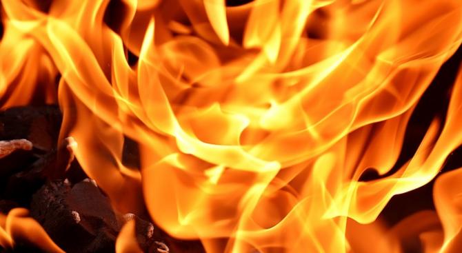 Сигнал за горяща къща е подаден в 04.05 часа, на