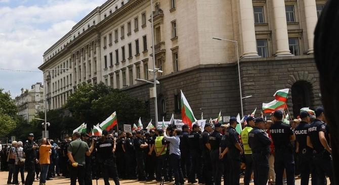 За трети пореден ден група протестиращи се събраха пред сградата