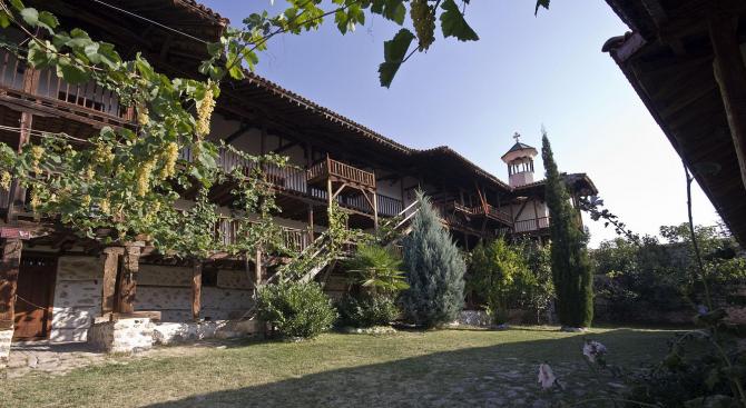 Ограничен е достъпът до Роженския манастир заради извършване на следствени