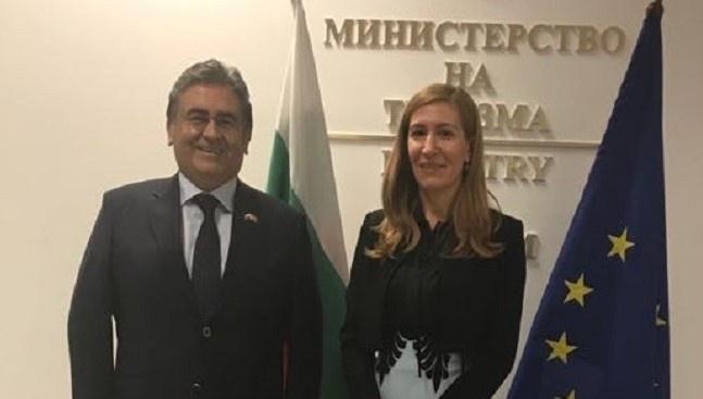 Министърът на туризма Николина Ангелкова разговаря в работен порядък с