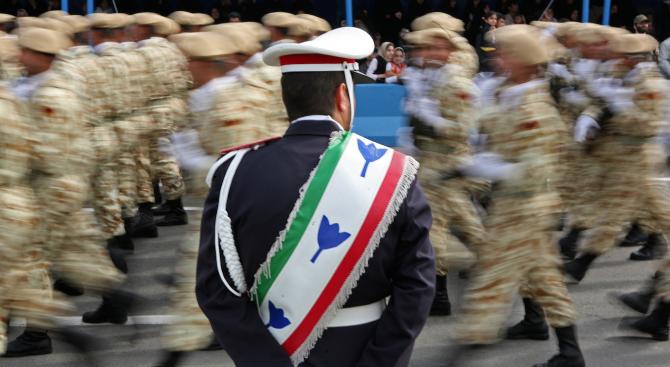 Въоръжени мъже откриха огън по време на военен парад в
