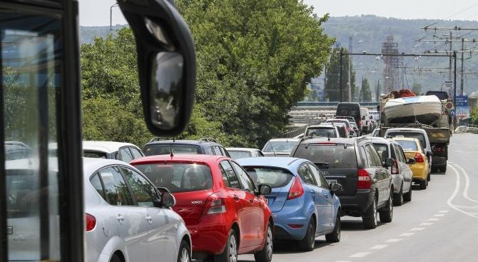 Засилен трафик по пътищата на страната се очаква утре, последният