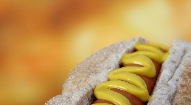 Хот догът е сандвич, представляващ варен колбас, традиционно приготвен на