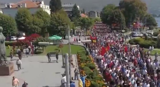 Седмица преди референдума в Македония опозицията организира протест. Митингът премина