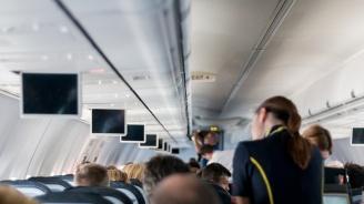Уволниха стюардеса заради предложение за брак по време на полет