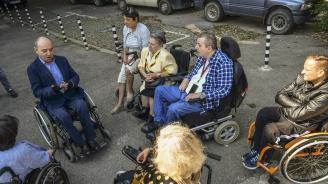 Хора с увреждания протестираха срещу Минчо Коралски (снимки)