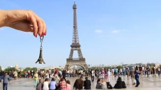 Парижката полиция конфискува 20 тона сувенири на Айфеловата кула