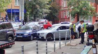 Мощно БМВ се заби в три паркирани коли в София (снимка)