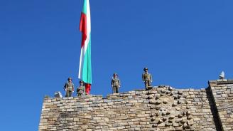 """С военен ритуал на крепостите """"Царевец"""" и """"Трапезица"""" бе издигнато националното знаме в чест на 110 години от обявяването на Независимостта"""