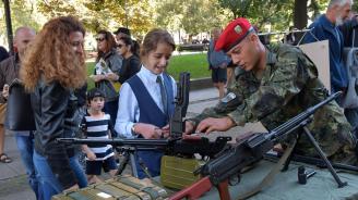 И пред Министерството на отбраната изкараха военна техника (снимки+видео)