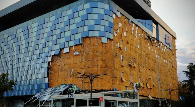Бурният вятър събори фасадата на мол в Благоевград. Жертви и