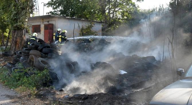 """Пожар избухна в двора на предприятието """"Тих труд"""" на булевард"""