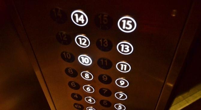 Три деца са извадени от заседнал асансьор в жилищен блок
