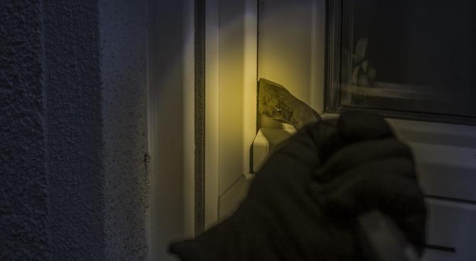 Неизвестен задигна 6600 лв от буркан, скрит в къща в