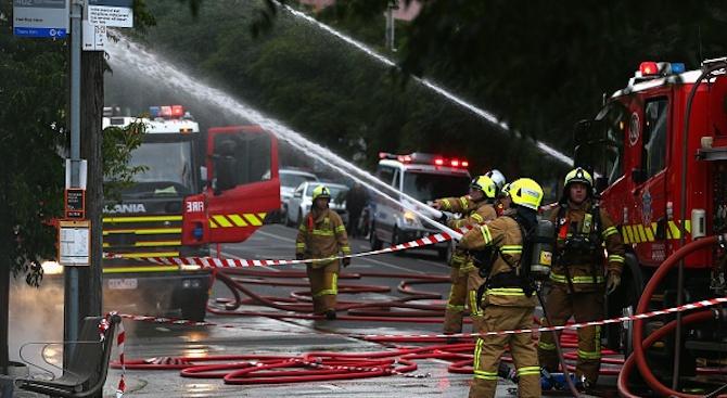 Около 80 пожарникари се борят с пожар в сградата на