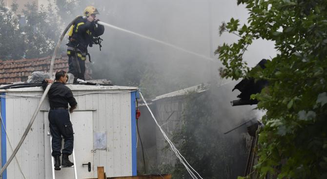 Подпалени стари гуми и отпадъци предизвикаха пожар на кръстовището на