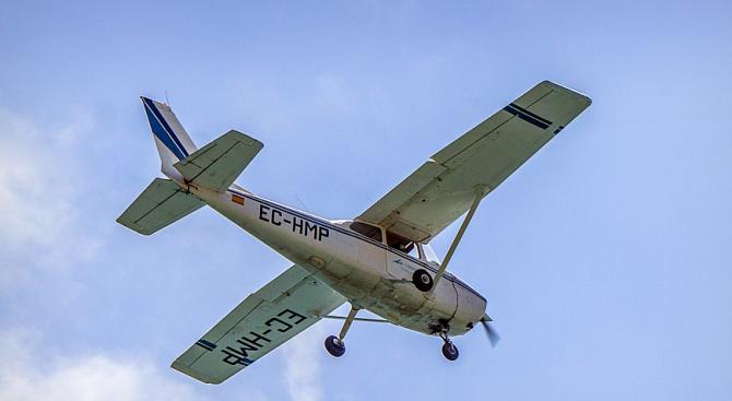 Двама души са загинали при катастрофа на малък самолет в