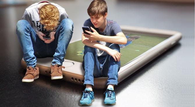 Децата, които прекарват повече от два часа дневно пред екрани