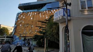 Силният вятър свали фасадата на мол в Благоевград (обновена+снимки)