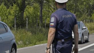 Полицейски екипи подпомагат движението на автомобилния поток в посока София