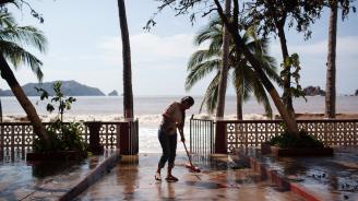 Ураганът Роуз край бреговете на Мексико се засили и вече е от трета категория