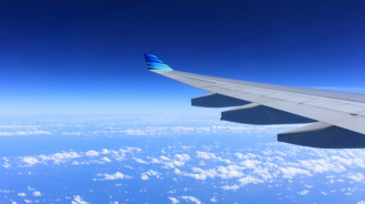 Пътнически самолет се приземи в океана (видео)