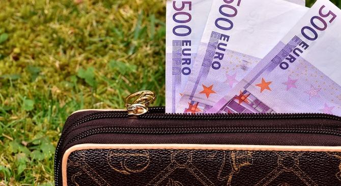 Жена от Нова Загора намери и върна забравена чанта с