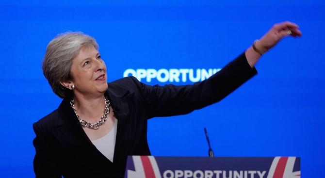 Британският премиер Тереза Мей, която бе взета на подбив от