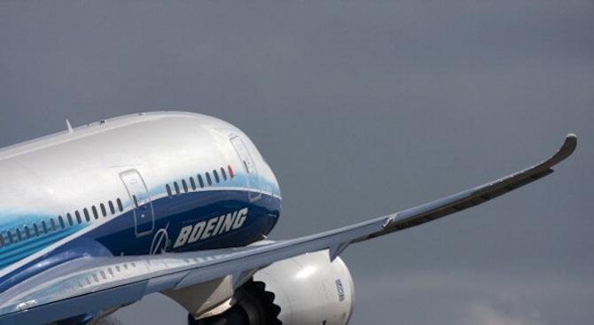 Холандия вдигна два изтребителя Ф-16 заради побойник на борда на пътнически самолет