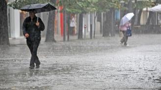 Порои наводниха улици и къщи в Югоизточна България (видео+снимки)