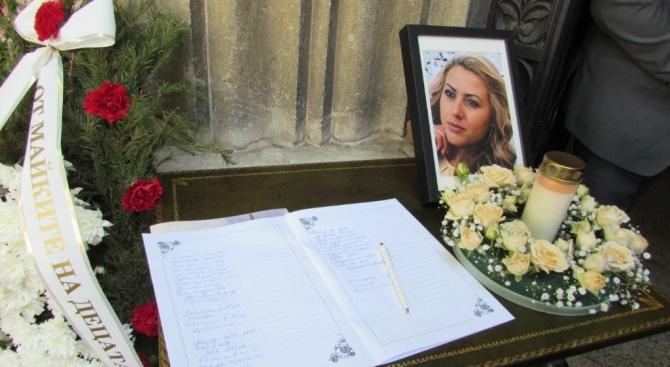 Последно сбогом с жестоко убитата Виктория Маринова (видео+снимки)