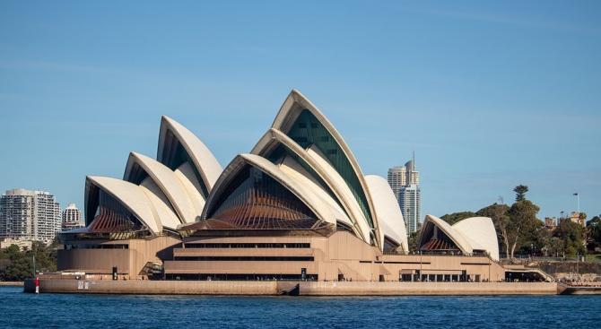 Хиляди на протест срещу билборд върху операта в Сидни