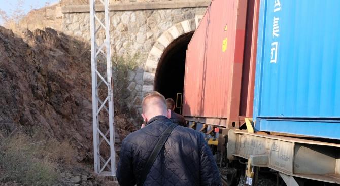 Помощник-машинист се хвърли от влак и загина на място (снимки)