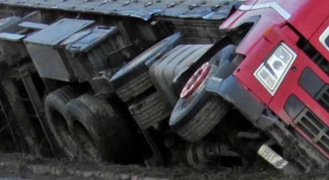 Катастрофа между три товарни автомобила и микробус е станала в