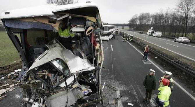 35 души са ранени след челен сблъсък между автобус и