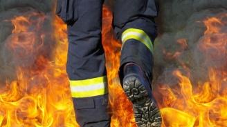 Пожарникар пострада при гасене на запален автомобил