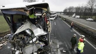 35 души бяха ранени след челен удар между автобус и камион в Германия (видео)