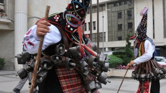 Кукери преминаха по улиците на Бургас (снимки)