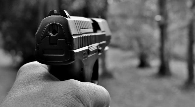 Задържан е 76-годишен мъж, заплашил с пистолет шофьор на пътя