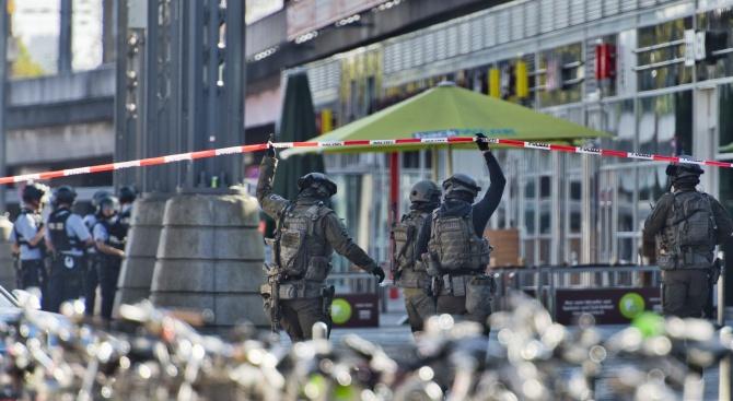 Няколко души взеха заложници в Кьолн, предаде Би Би Си.