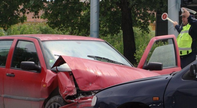 Катастрофа между два автомобила е станала на пътя София –