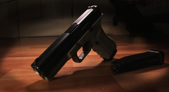 Пистолет и боеприпаси са иззети при проверка на търговски обект