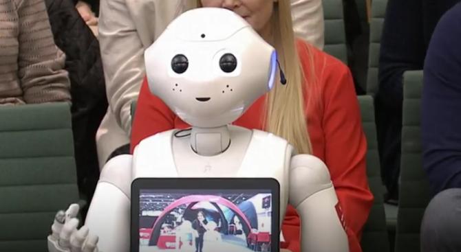 Малкият робот Пепър беше поканен да говори за изкуствения интелект