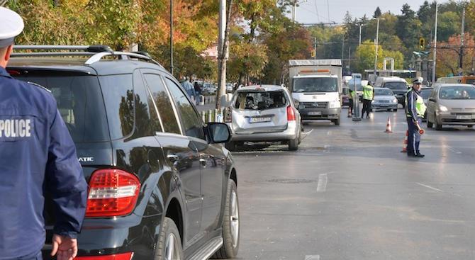 """Лек автомобил """"Пежо"""" комби и SUV """"Мерцедес"""" катастрофираха на столичния"""