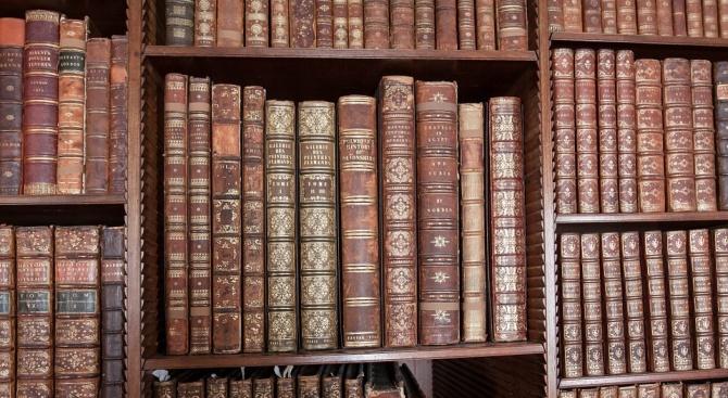 Енциклопедични издания и речници на повече от век бяха показани в Русе