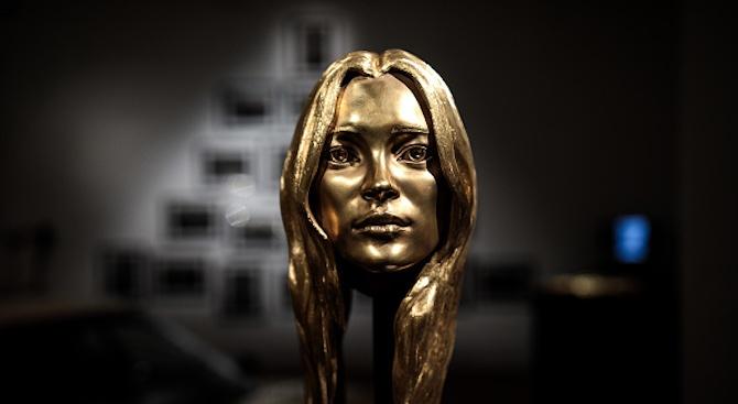18-каратова златна глава на манекенката Кейт Мос беше продадена на търг (снимки)