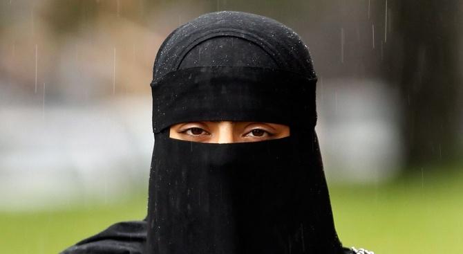 В Алжир забраниха на жените да закриват изцяло лицето си, когато са на работа
