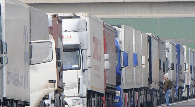 Интензивен е трафикът на изход за товарни автомобили на граничните