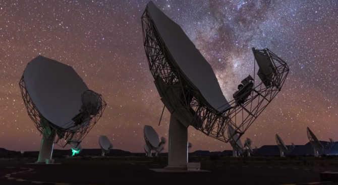 """Радио обсерваторията """"MeerKAT"""", чието изграждане бе официално завършено това лято"""