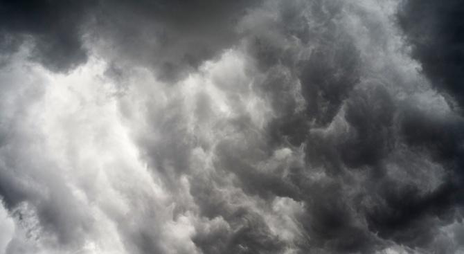 През нощта и утре ще бъде предимно облачно и на